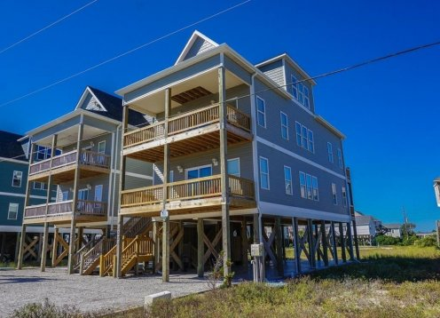 Great 5 bedroom 4.5 bathroom home that sleeps 15, big ocean views and Hot Tub!